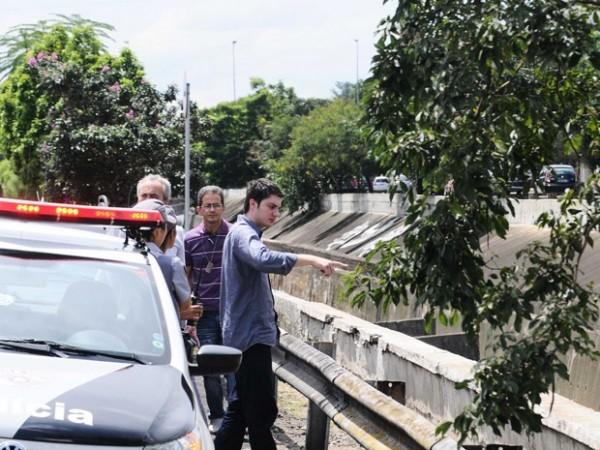 Alex mostrando onde jogou o braço da vítima. Foto: Adriano Lima/Brazil Photo Press/Estadão Conteúdo