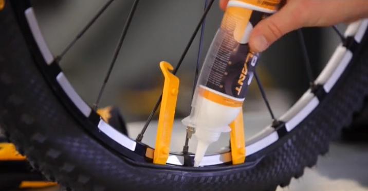 a39e11c0c Vídeo  Como colocar líquido selante anti-furos no pneu de sua MTB –  PraQuemPedala