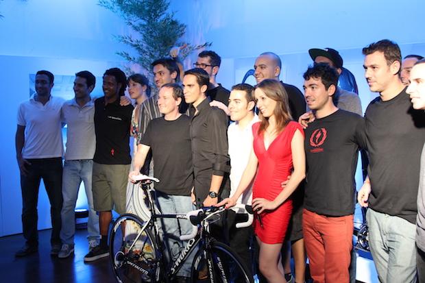 Contador tirando foto com a galera da Specialized