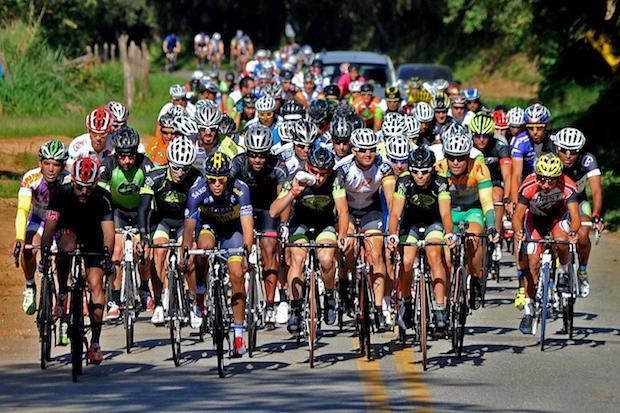 Olha eu com o uniforme verde e amarelo do De Zero a 600 na direita da foto Ivan Storti/ FMA Noticias