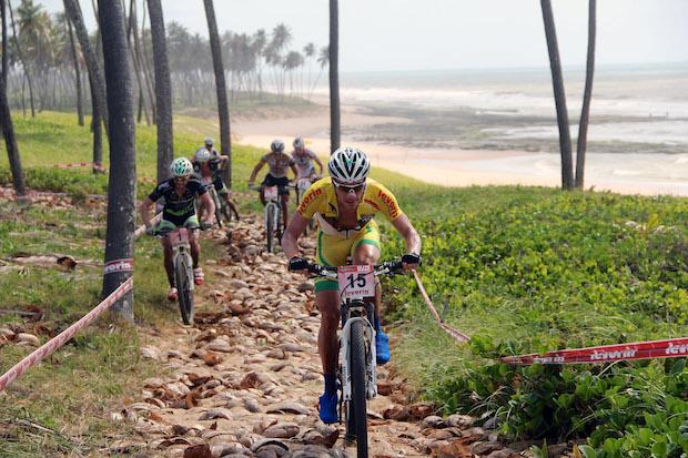 Ciclista lidera pelotão em Sauipe Foto: Bruno Senna / CIMTB