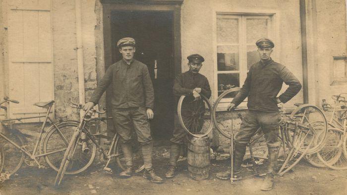 Soldados alemães utilizando bikes em missões de reconhecimento antes da guerra começar Images: Joe Robinson