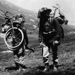 Dois soldados Italianos carregando suas bikes na escalada de uma montanha alpina.Imagens: Joe Robinson
