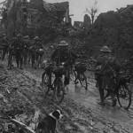 Soldados britânicos sofrendo com a lama em 1916Imagens: Joe Robinson
