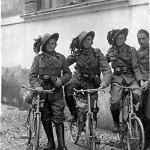 Grupo de Ciclistas Italianos na Primeira Guerra. Ao invés de capacetes, eles usavam esse chapeuzinho de lado... Coisa de Italiano. Imagens: Joe Robinson