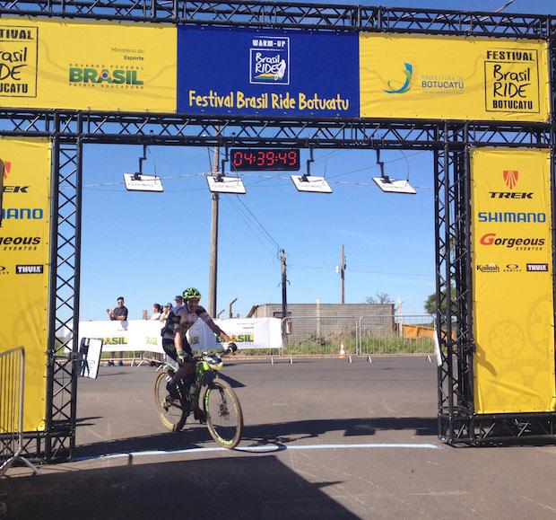 Hugo Prado Neto cruzando a linha de chegada Foto: ZDL/ Divulgação