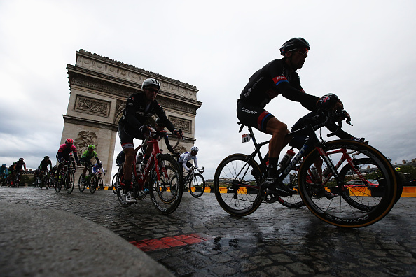 PARIS, FRANCE - JULY 26:  The peloton rides past the Arc de Triomphe during the twenty first stage of the 2015 Tour de France, a 109.5 km stage between Sevres and Paris Champs-Elysees, on July 26, 2015 in Paris, France.  (Photo by Doug Pensinger/Getty Images)