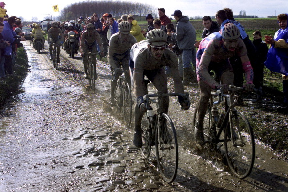 15-04-2001: Paris-Roubaix - Servais Knaven, Domo Farm Frites side om side med Ludo Dierckxsens, Lampre. (Photo by Lars Ronbog/FrontzoneSport via Getty Images)