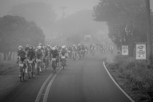Pelotão enfrentou baixa visibilidade (Fabio Piva / Brasil Ride Botucatu)