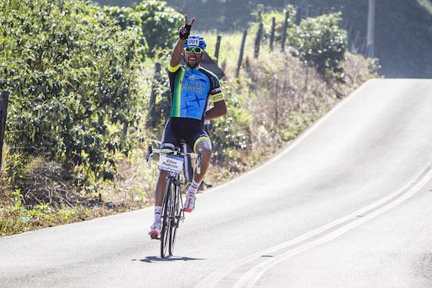 Campeão comemorando (Fabio Piva / Brasil Ride Botucatu)