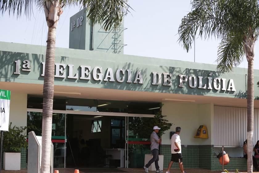 Brasília(DF), 16/10/2015 - Família do acusado na frente da 1DP. Homem morre após ser atropelado por motorista alcoolizado no setor policial sul . Foto: Rafaela Felicciano/Metrópoles