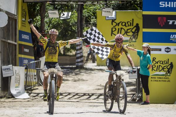 Avancini e Jiri Novak comemoram o título do ano passado.  Foto:Fabio Piva / Brasil Ride