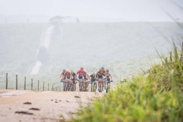 Seis duplas destacaram-se a partir do km 100 (Fabio Piva / Brasil Ride)